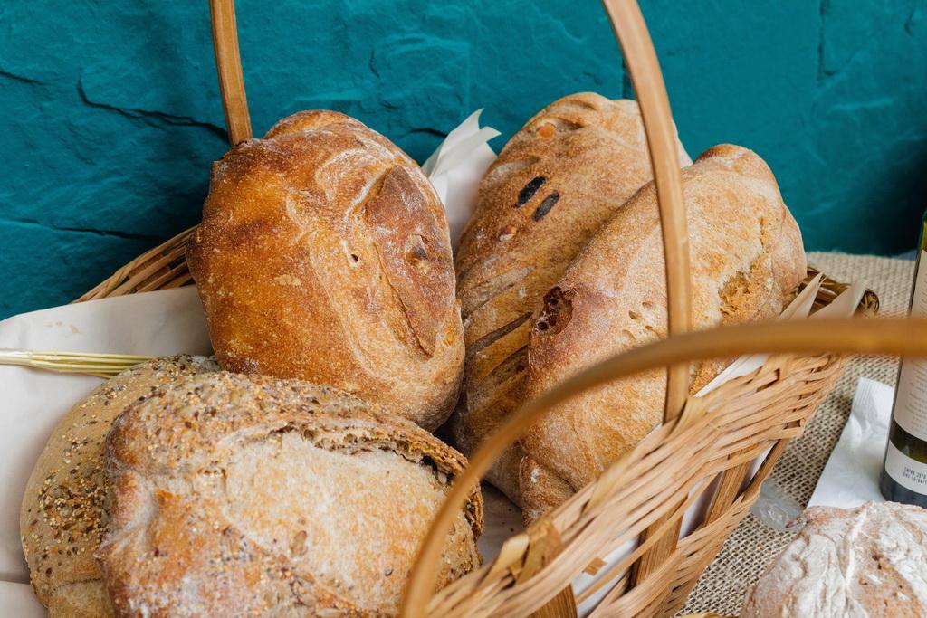 Вред дрожжевого хлеба - развенчиваем мифы. Корзинка с хлебом на синем фоне