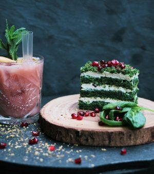 Стакан грейпфрутового сока и торт из шпината