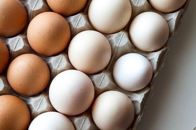 Яйца белые и бежевые